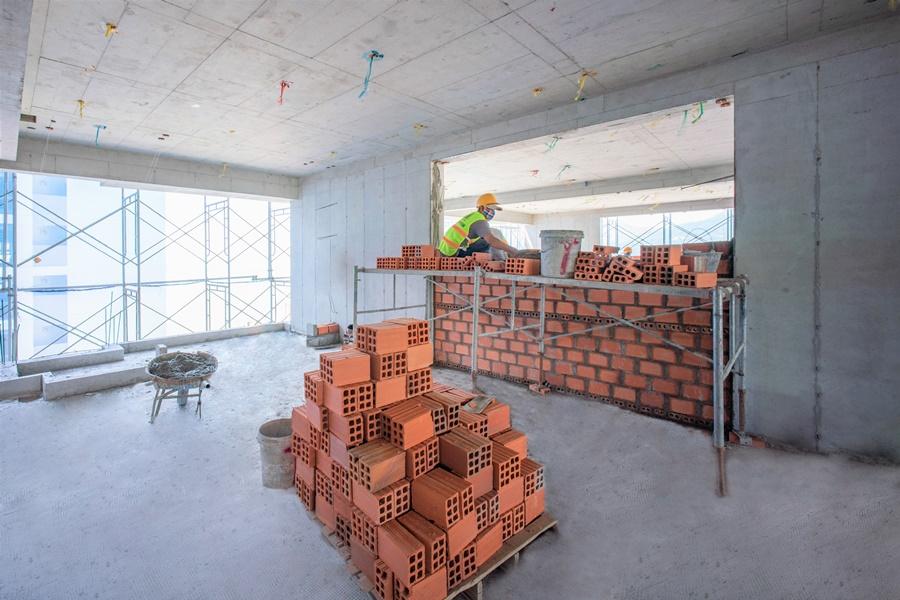 Thi công tường bao căn hộ tầng 20 Block Tropical